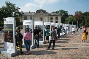 Konserwatorzy dzieł sztuki przy pracy - fragment wystawy na Placu Szczepańskim