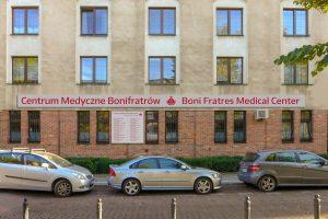Szyld główny dla Centrum Medycznego Bonifratrów w Warszawie